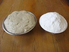 グルテンに餅米粉や小麦粉などを加えて成形する
